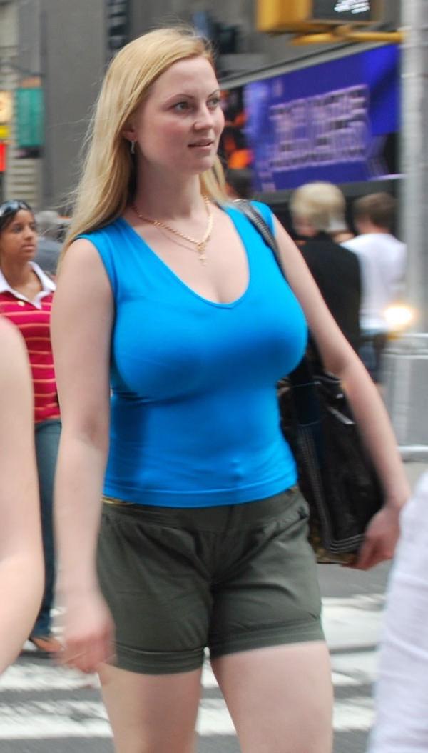 外国人の着衣爆乳の街撮り 17