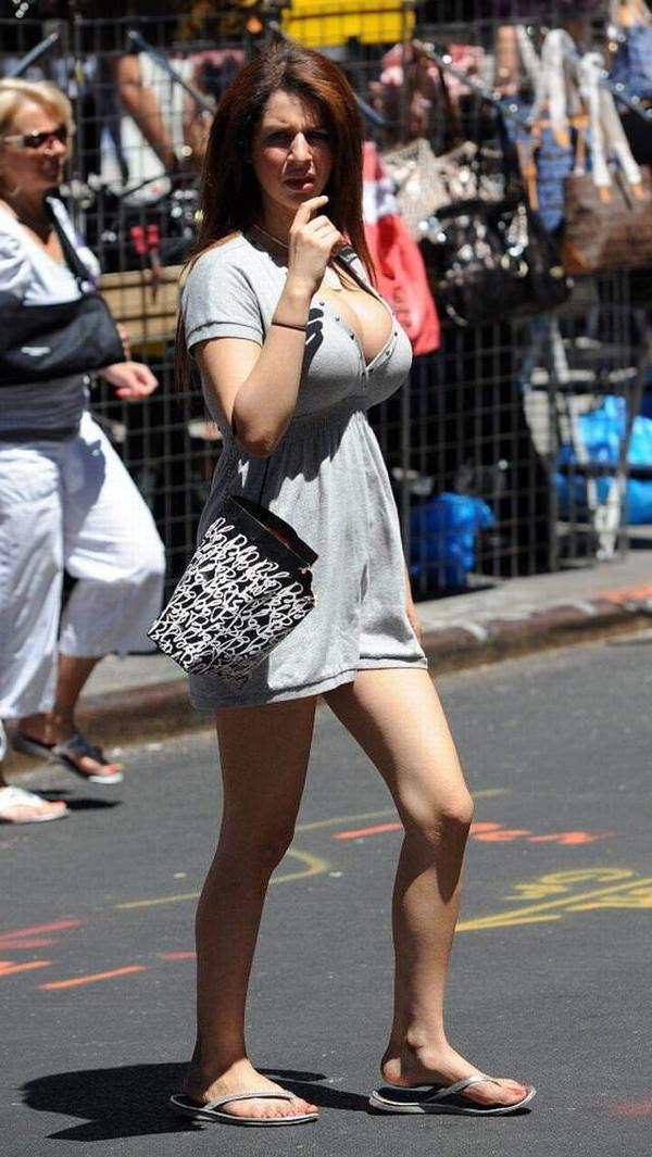 外国人の着衣爆乳の街撮り 19