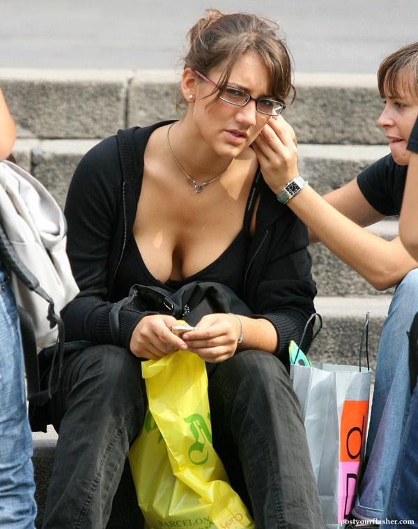 外国人の着衣爆乳の街撮り 24