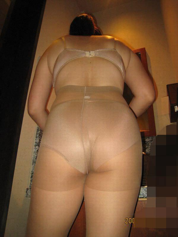 ベージュの下着姿の熟女 3