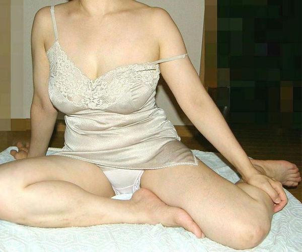 ベージュの下着姿の熟女 10