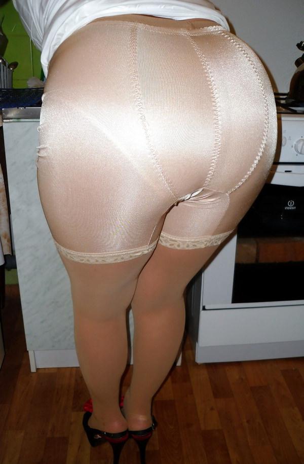 ベージュの下着姿の熟女 18