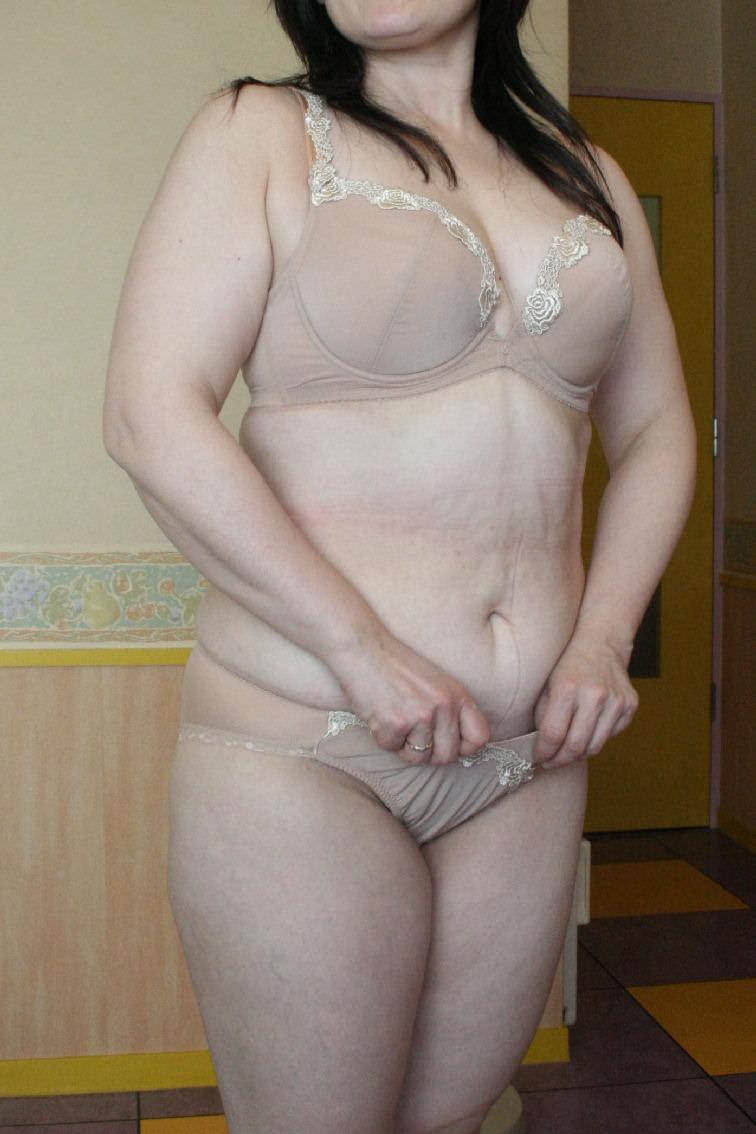熟女のパンティ姿 ベージュの下着姿の熟女 22