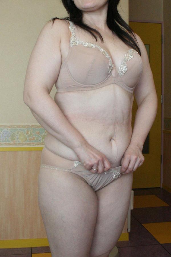 ベージュの下着姿の熟女 22
