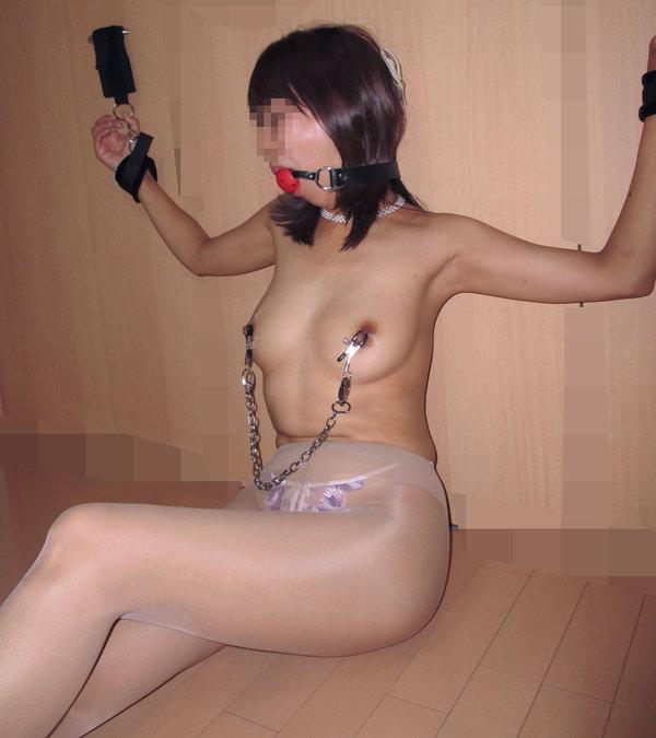 ニップルクランプで乳首を挟まれてる素人 13