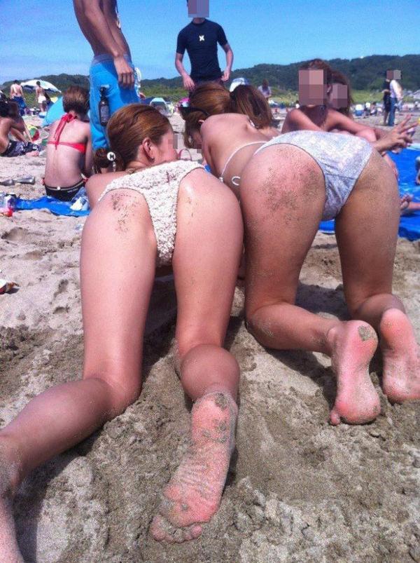ビーチやプールで四つん這いの水着の素人 4