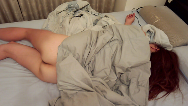 ノーパンで就寝中の素人 10