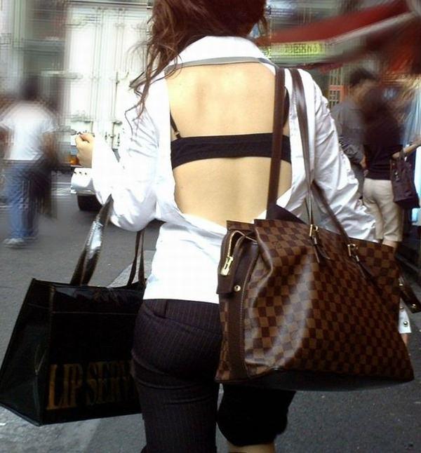 背中の露出した服を着衣した素人 4