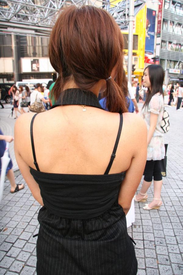 背中の露出した服を着衣した素人 5