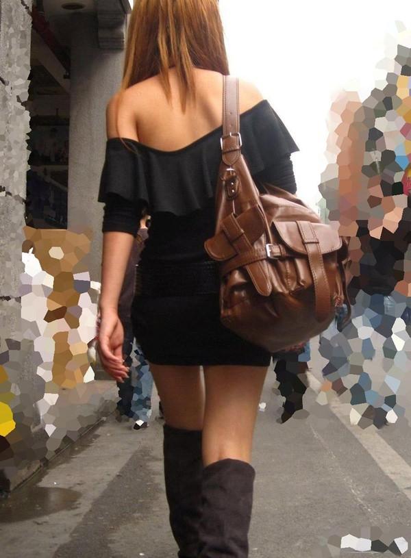 背中の露出した服を着衣した素人 6