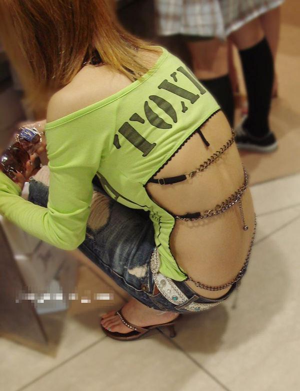 背中の露出した服を着衣した素人 7