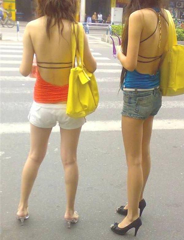 背中の露出した服を着衣した素人 12