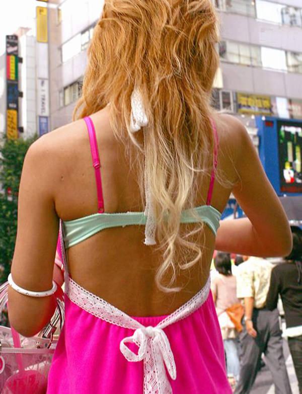 背中の露出した服を着衣した素人 13