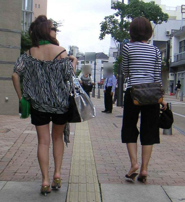 背中の露出した服を着衣した素人 15