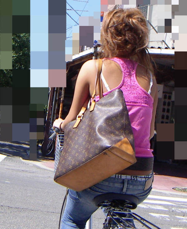 背中の露出した服を着衣した素人 21