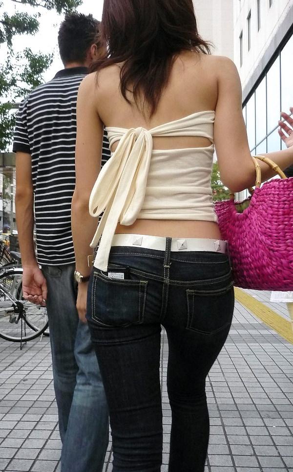 背中の露出した服を着衣した素人 24