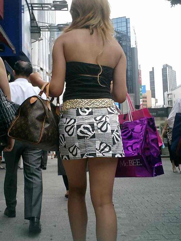 背中の露出した服を着衣した素人 29