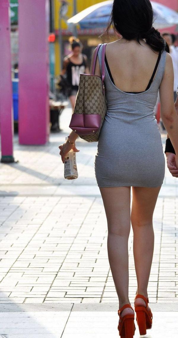 背中の露出した服を着衣した素人 32