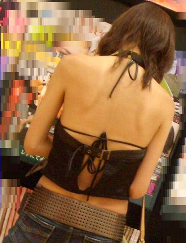 背中の露出した服を着衣した素人 34