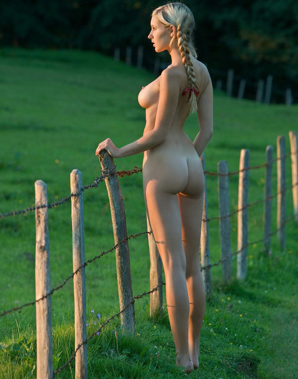 外国人美少女の野外ヌード 8