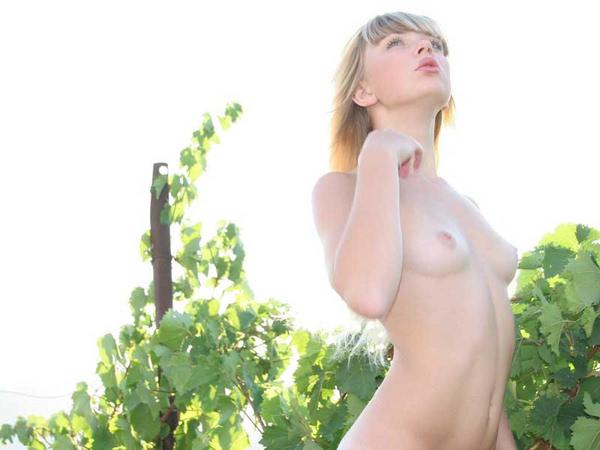 外国人美少女の野外ヌード 18