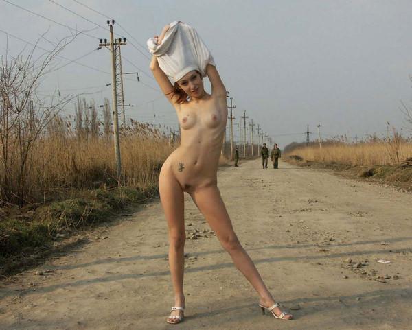 外国人美少女の野外ヌード 23