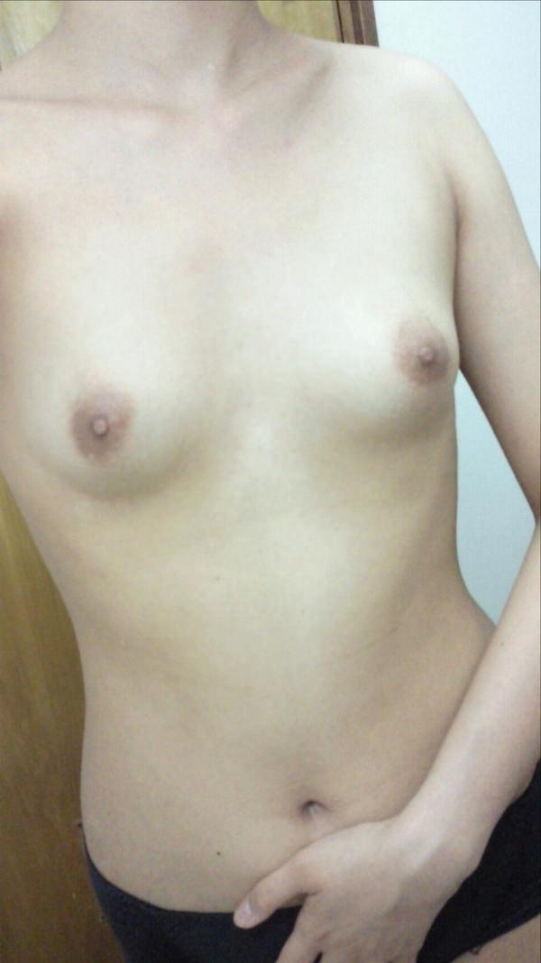 素人の微乳で美乳の自撮り 15