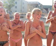 外国人素人の女の子たちがみんなで仲良く手ブラしとるぞ!!