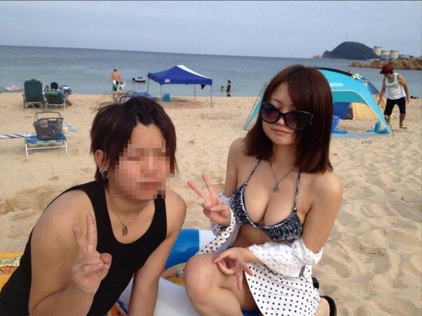 ビーチやプールに居た巨乳の水着素人 14