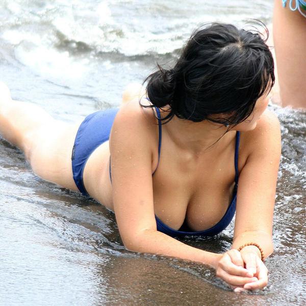 ビーチやプールに居た巨乳の水着素人 30