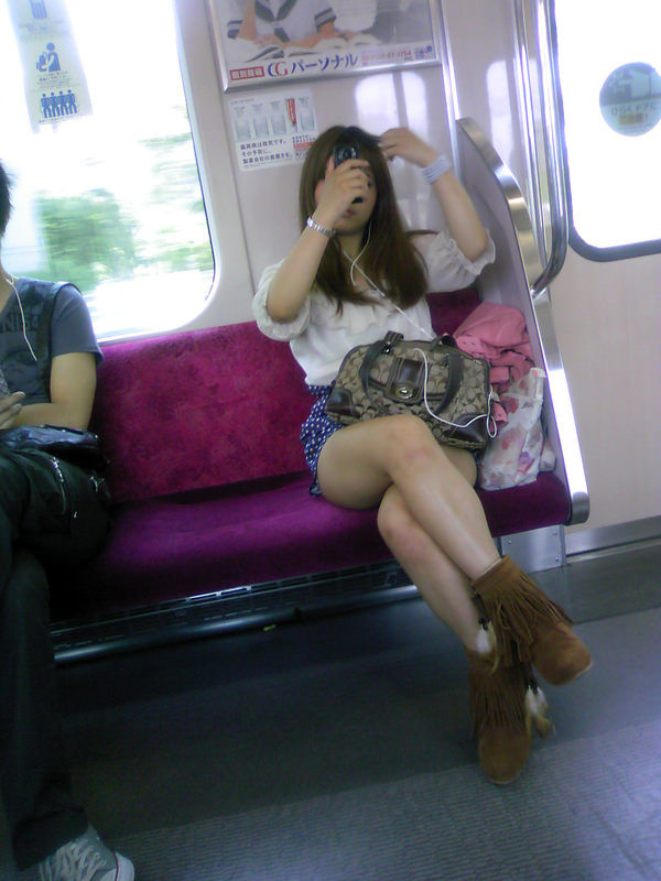 電車内で撮った素人の太もも 7