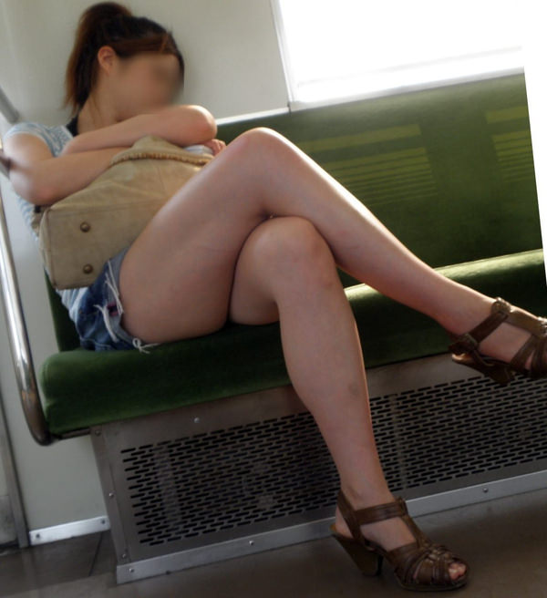 電車内で撮った素人の太もも 8