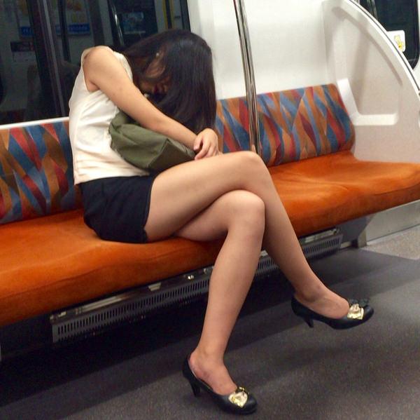 電車内で撮った素人の太もも 11