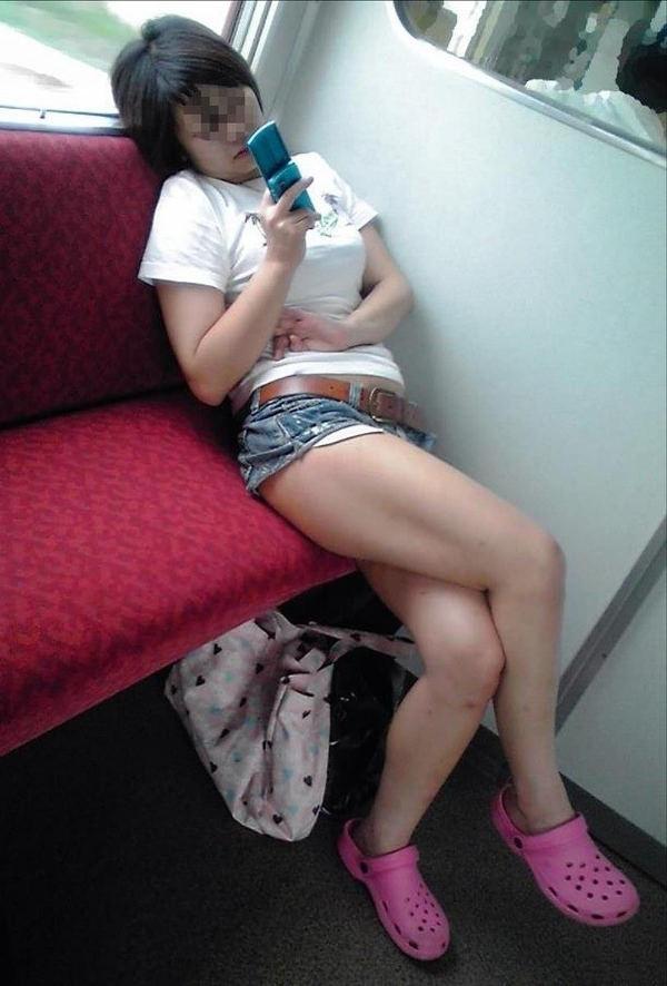 電車内で撮った素人の太もも 13