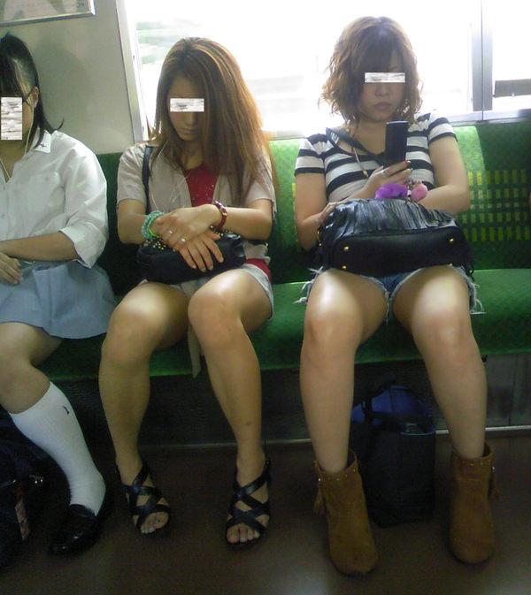 電車内で撮った素人の太もも 15