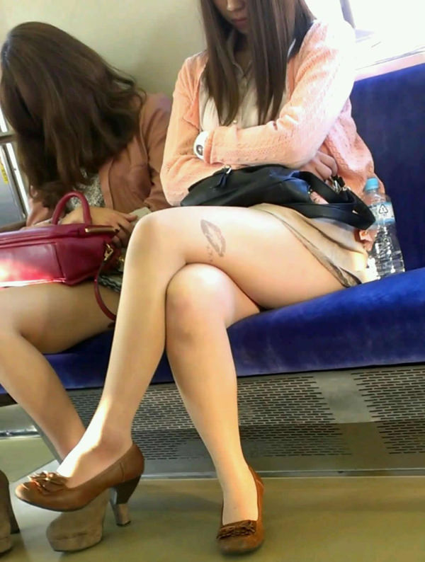 電車内で撮った素人の太もも 16