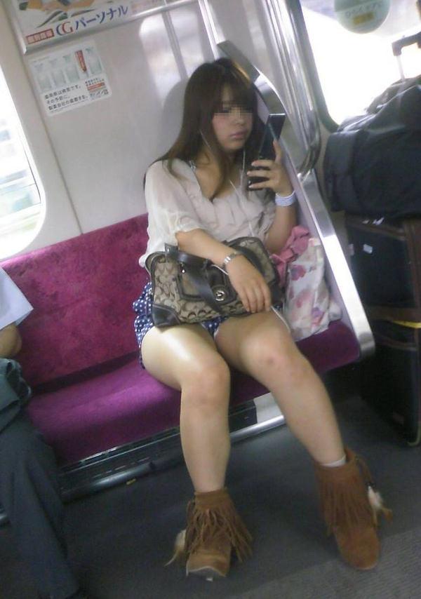 電車内で撮った素人の太もも 17