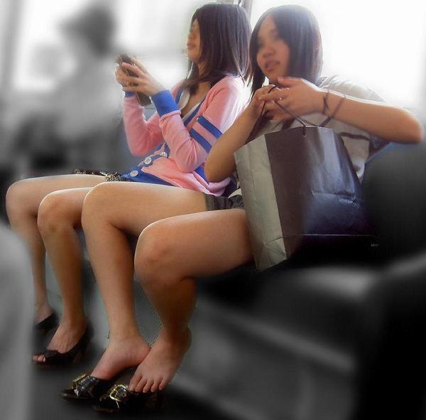 電車内で撮った素人の太もも 19