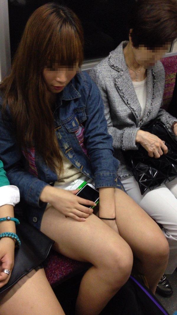 電車内で撮った素人の太もも 21