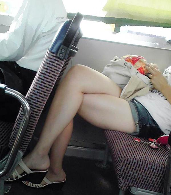 電車内で撮った素人の太もも 24
