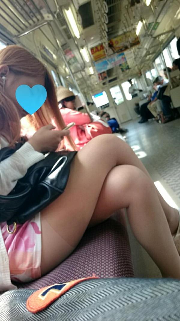 電車内で撮った素人の太もも 25