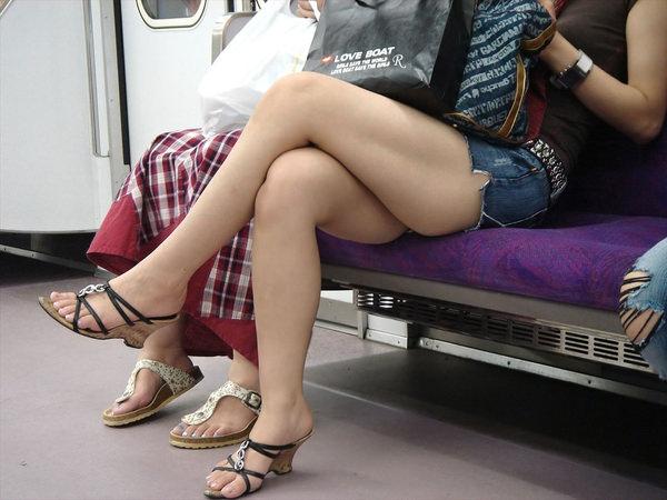 電車内で撮った素人の太もも 28