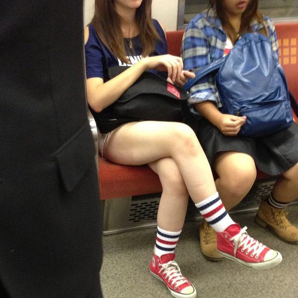 電車内で撮った素人の太もも 29