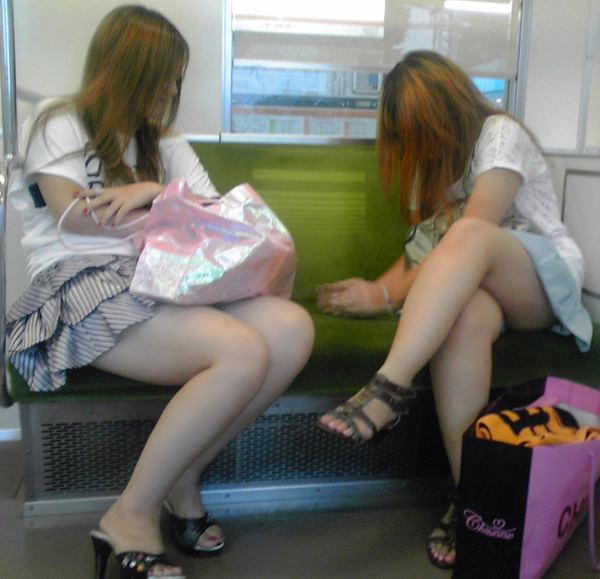 電車内で撮った素人の太もも 30