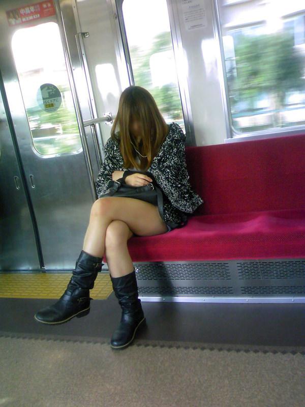 電車内で撮った素人の太もも 31