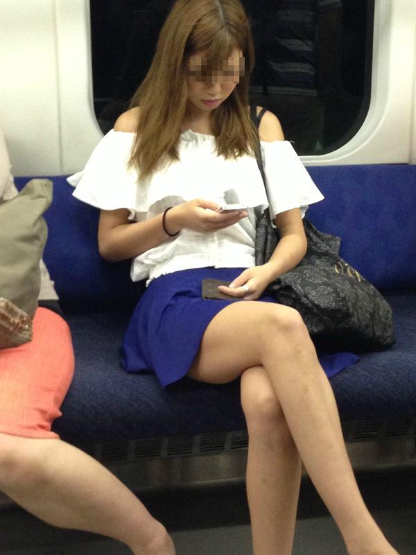 電車内で撮った素人の太もも 32