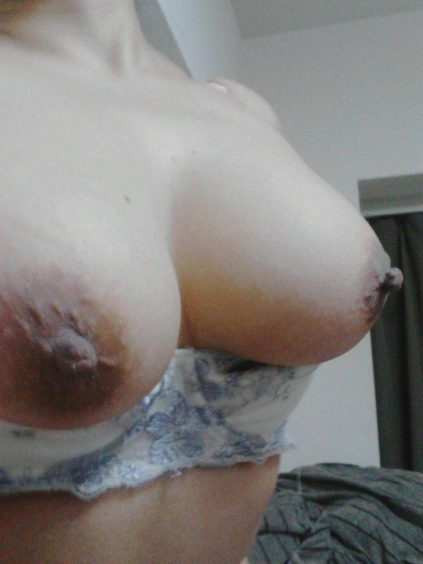 素人の黒乳首の自撮り 4