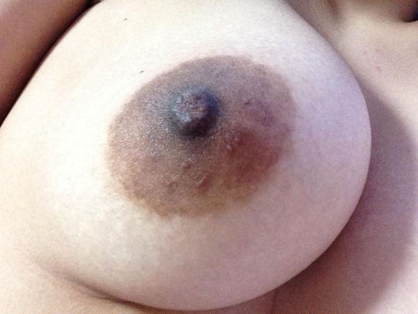 素人の黒乳首の自撮り 12