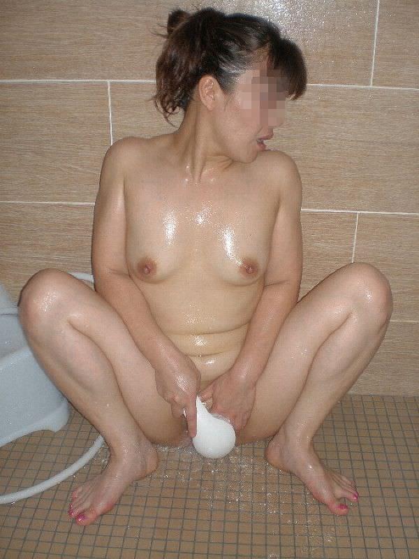 シャワーでまんこを洗ってる素人 1