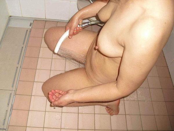 シャワーでまんこを洗ってる素人 5
